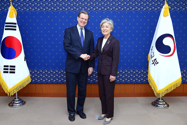 AJC CEO David Harris meets with South Korean Foreign Minister Kang Kyung-wha in Seoul.