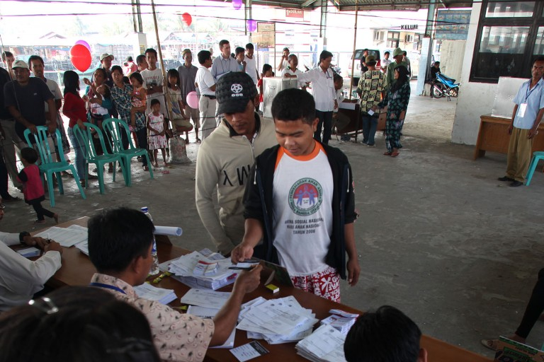 Photo of Indonesian voters at a polling station